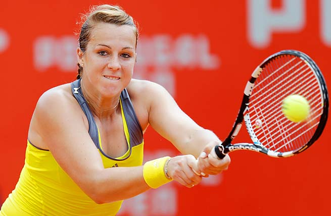 Anastasia Pavlyuchenkova beat Elena Vesnina 6-3, 6-7 (3), 7-6 (3) to make the semifinals.
