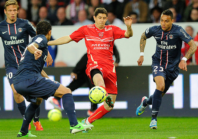 Maor Melikson (center) and Valenciennes held PSG to one goal in drawing with the French giants.