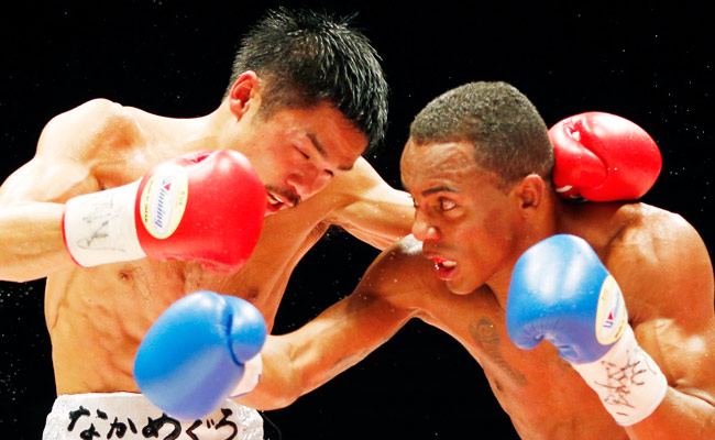 Liborio Solis (right) defeated Kohei Kono to win the WBA super flyweight title in Tokyo.