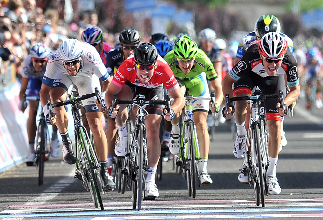 Mark Cavendish (center) sprinted to the finish of the longest stage of the Giro d'italia.