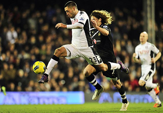 Dempsey battles with Newcastle United's Fabricio Coloccini.