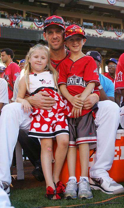 Lee at the 2010 Home Run Derby with his children.