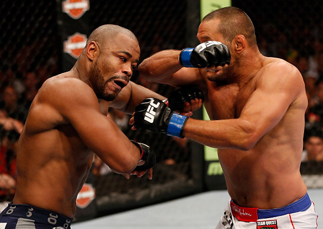 Rashad Evans used a strong third round to win a rugged fight against Dan Henderson on Saturday.