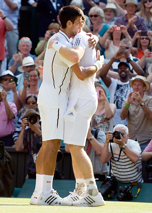 Novak Djokovic (left) congratulates Andy Murray after Murray defeated Djokovic, 3-0.