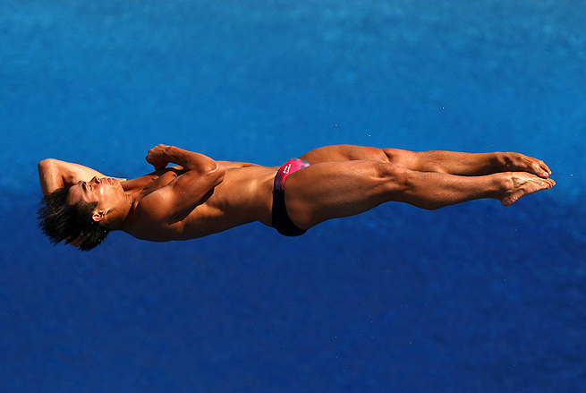 He Chong's record-tying victory gave China its seventh gold medal at the diving world championships.