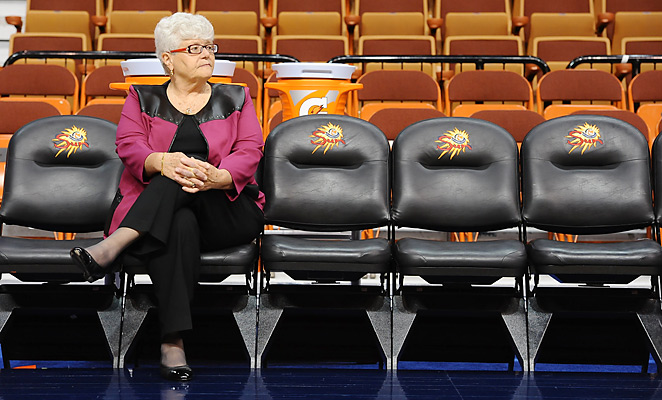 Indiana Fever coach Lin Dunn has been voted in to the womens basketball Hall of Fame.