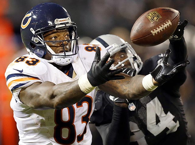 Chicago Bears tight end Martellus Bennett misses this catch against Oakland Raiders outside linebacker Kevin Burnett.