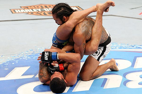 Anthony Pettis showed sportsmanship when he let go of this submission hold on Benson Henderson.
