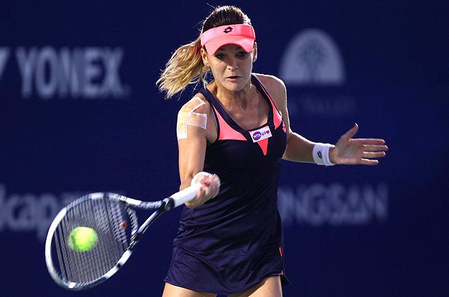 Top seed Agnieszka Radwanska defeated Estrella Cabeza Candela 6-2, 6-1 in Seoul.