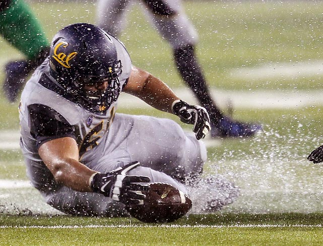California offensive lineman Steven Moore slides to recover a loose ball in the first half against Oregon.