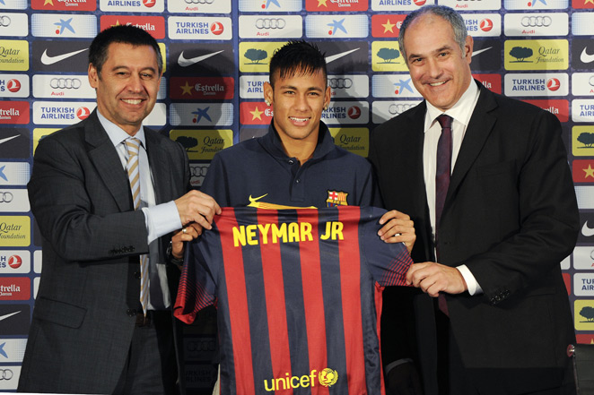 Barcelona director of football operations Andoni Zubizarreta (right) has agreed to a two-year extension that will keep him at Camp Nou until 2016.