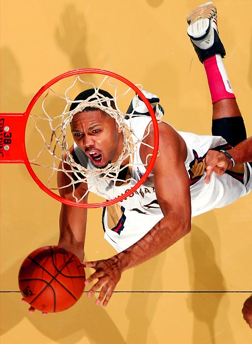 Pelicans guard Eric Gordon drives to the hoop for a layup against the Lakers.