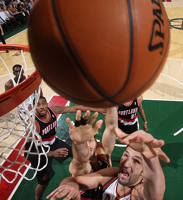 Bucks center Zaza Pachulia attacks the rim against the Trail Blazers.