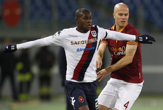 U.S. midfielder Michael Bradley, right, defends against Cagliari's Victor Ibarbo in Monday's 0-0 Serie A draw.