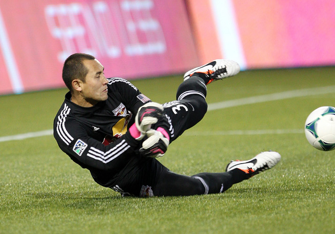 New York Red Bulls goalkeeper Luis Robles will return to the club after re-signing with the Supporters' Shield holder on Monday.
