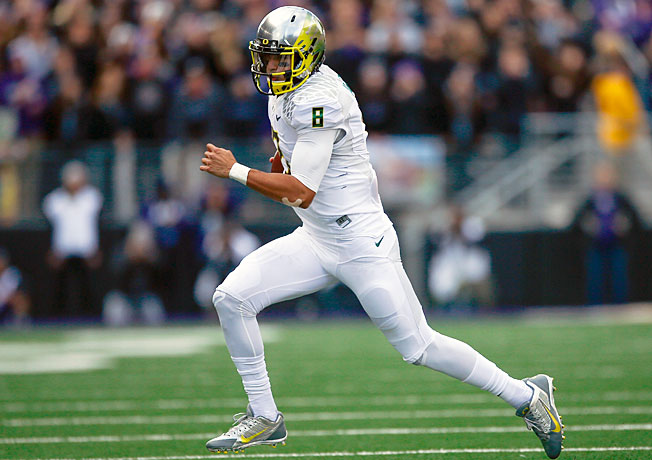 Oregon quarterback Marcus Mariota (8) was hampered by a knee injury late in the 2013 regular season.