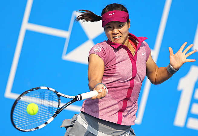 Li Na won her first match of the season, beating Russia's Vera Zvonareva 7-5, 6-3.