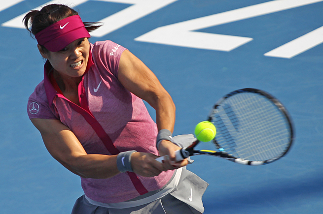 Li Na stormed to a 6-1, 6-4 victory over Ukraine's Nadiya Kichenok to reach the Shenzhen Open quarters.