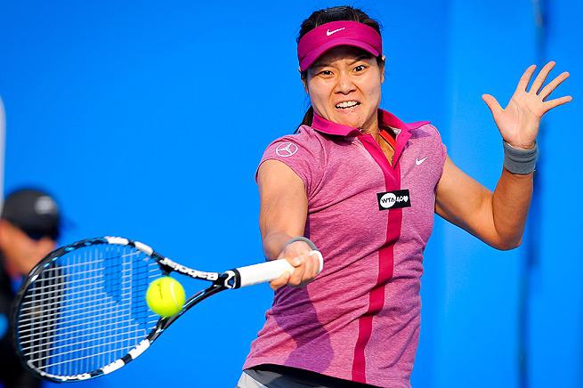 Li Na defeated Monica Niculescu 7-5, 4-6, 6-4, and faces Annika Beck in the Shenzhen Open semifinals.