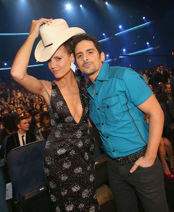 The supermodel was spotted flippin' the country warbler's lid at the People's Choice Awards in L.A.