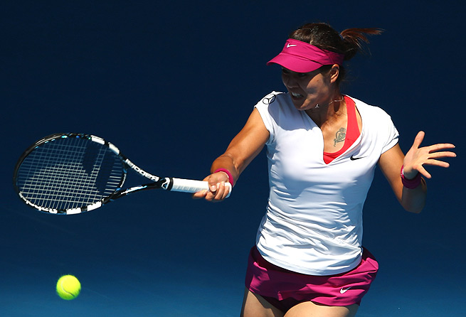 Li Na rallied to pull out a 1-6, 7-6 (2), 6-3 victory over Lucie Safarova in the third round.
