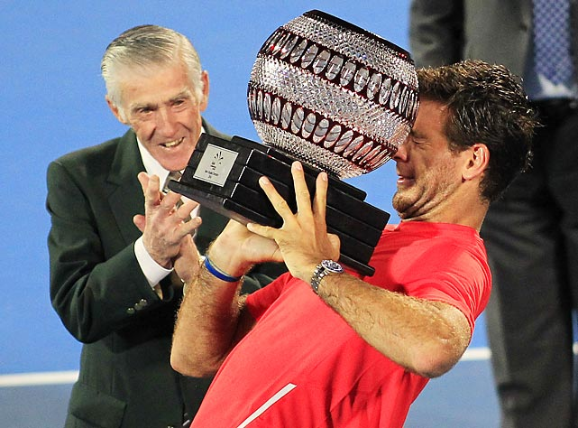 After sending Bernard Tomic down to defeat in the final, Juan Martin del Potro drew a hearty round of applause from tennis legend Ken Rosewall with this rather undignified attempt to raise the spoils of victory.