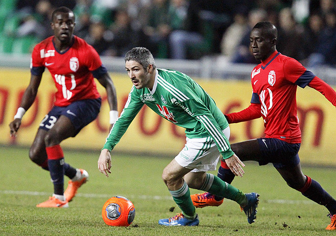 Fabien Lemoine (center) and Saint-Etienne pulled to within three points of third-place Lille.