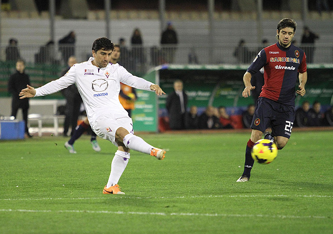 Matias Cabrera (right) and Cagliari were able to hold visiting Fiorentina at bay for the victory.