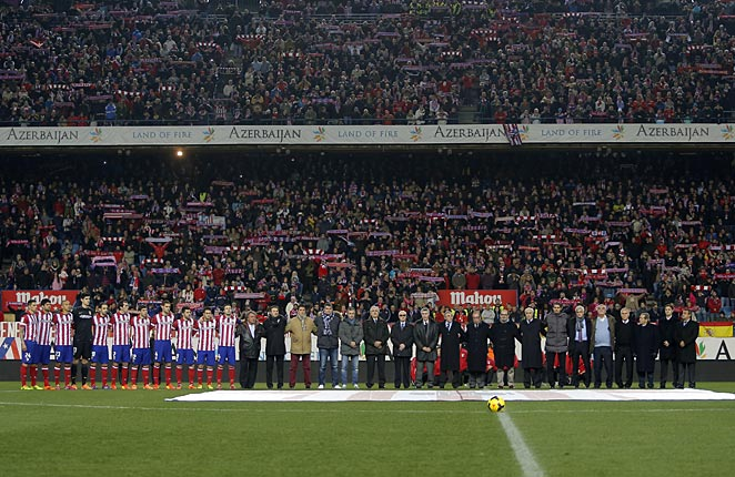 Luis Aragones was honored with before each La Liga game on Sunday.