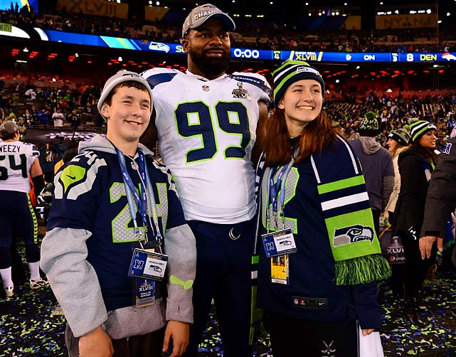 Tony McDaniel poses with a pair of Seahawks fans.