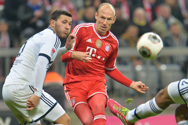 Arjen Robben scored three times for league-leader Bayern as it destroyed Schalke, 5-1.