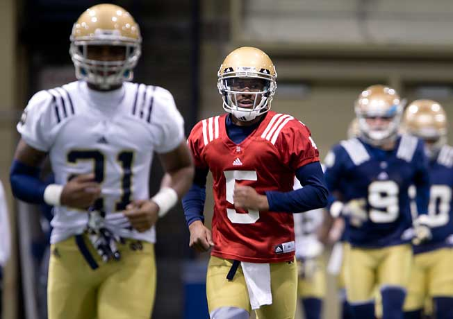 Everett Golson (5) returned to practice for the first time since Notre Dame dismissed him last spring.