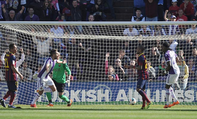 Fausto Rossi netted the game's only goal as Valladolid stunted Barcelona's title ambitions.