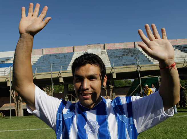 Paraguayan veteran Salvador Cabanas, victim of a gunshot to the head in 2010, is continuing his career in Brazil's fourth tier.
