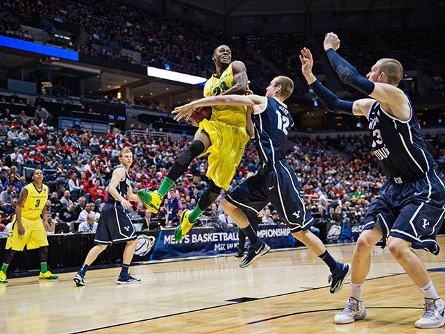 Oregon's Elgin Cook drives against Josh Sharp.