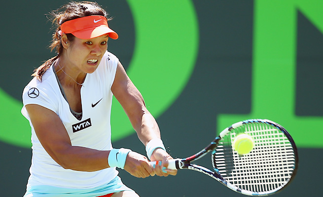 Li Na rallied back from three set points and second-set deficit to reach the Sony Open fourth round.