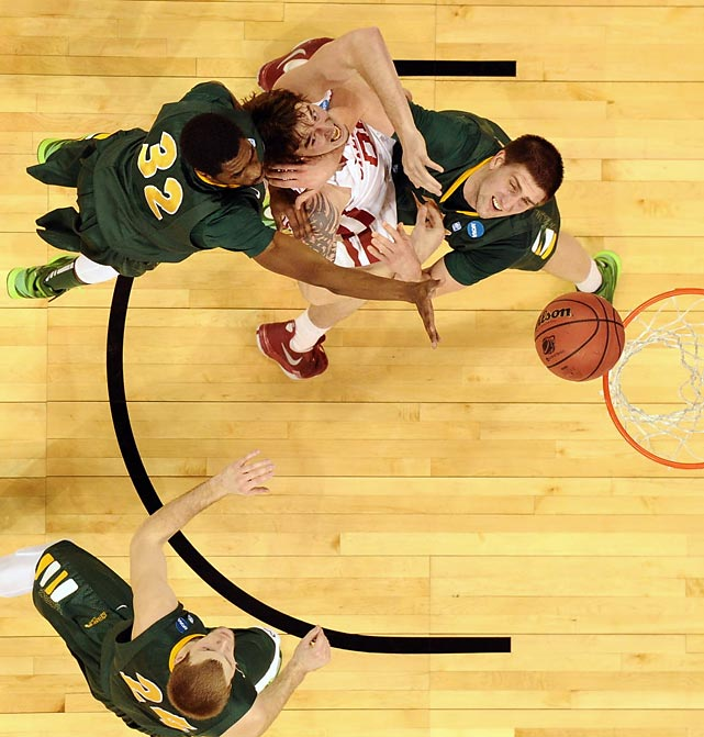 North Dakota's TrayVonn Wright (32) and Marshall Bjorklund get a hold of Oklahoma's Ryan Spangler during the second round of the NCAA Tournament.