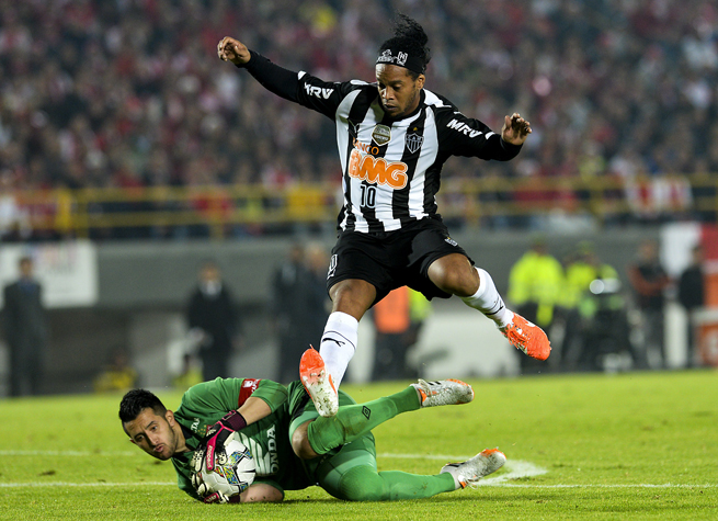 Ronaldinho and Atletico Mineiro advanced to the knockout stage of the Copa Libertadores, where they will continue to defend their title.