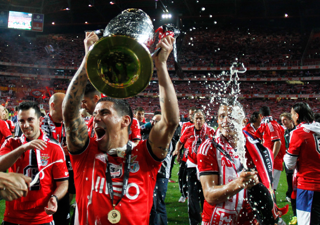 Maxi Pereira lifts the trophy after Benfica captured its 33rd Portuguese title on Sunday.