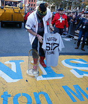 Jonny Gomes brought the World Series trophy to the finish line of the marathon last fall.