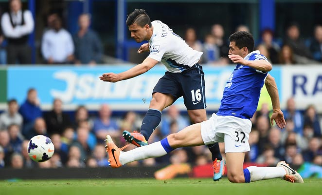 Sergio Agüero helped Manchester City keep the pressure on Liverpool with a win at Everton.