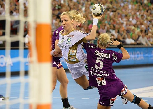 Heidi Loke shoots past Louise Ambjorn Svalastog Spellerberg (5).
