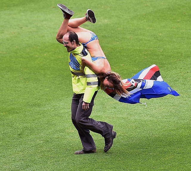 A Sampdoria fan who got carried away by her zeal ultimately got carried away by a steward after dashing onto the pitch during a match between her beloved squad and SSC Napoli at Stadio Luigi Ferraris in Genoa.