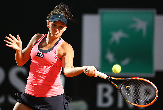 Case Dellacqua ousted No. 5-seed Elena Vesnina in the first round of the Strasbourg International.