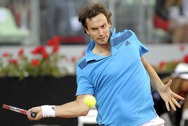 Ernests Gulbis dropped only one first serve in his victory over defending champion Albert Montanes.
