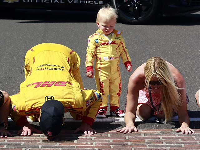 Ryan Hunter-Reay and his wife, Beccy Gordon, kiss the bricks as their son, Ryden, watches after Hunter-Reay won the race.