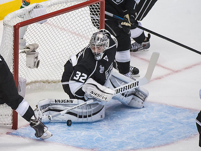 Jonathan Quick watches as the puck bounces off his pad. He ended up making 25 saves on the night.