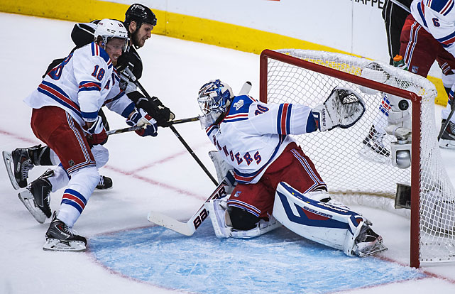 Kyle Clifford scores the Kings first goal past New York Rangers defenseman Marc Staal and goalie Henrik Lundqvist to close the gap to 2-1.