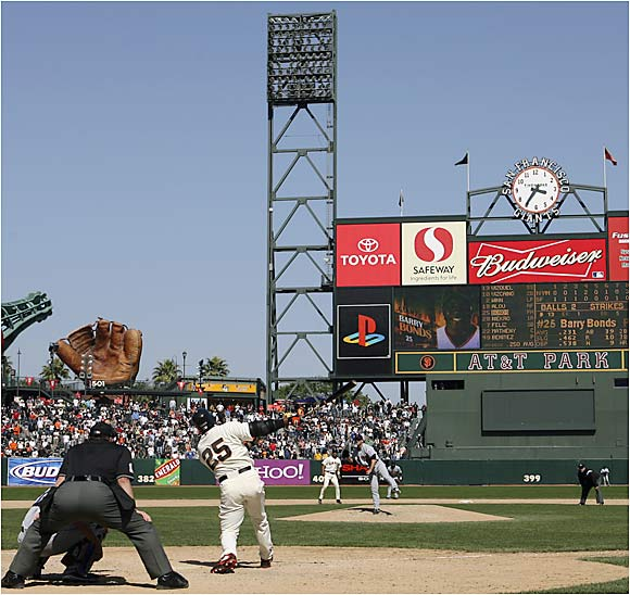 Barry Bonds sends career home run No. 711 toward the seats on Wednesday against the Mets at AT&T Park.