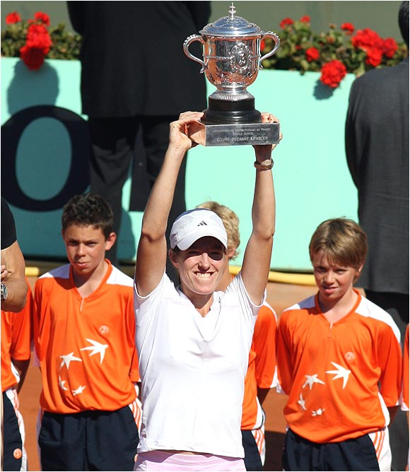 Justine Henin-Hardenne became the first woman to win the title without losing a set since Arantxa Sanchez Vicario in 1994.